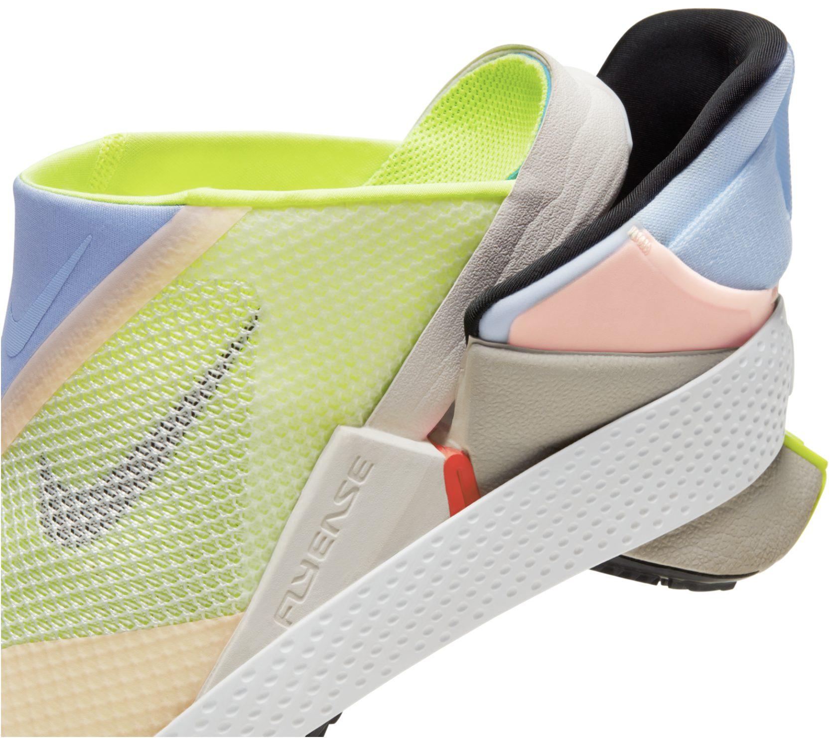 El Nike GO FlyEase tiene una bisagra biestable pendiente de patente y un tensor de entresuela que permite la entrada con manos libres.